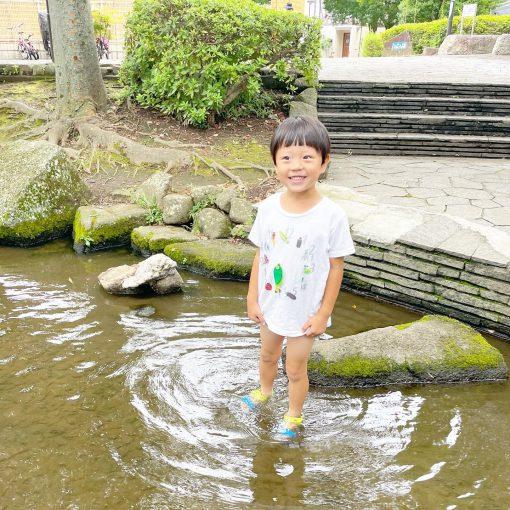 近所で水遊び。